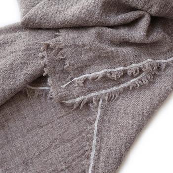 涼し気な印象が強いリネンですが、その特性を生かすことで冬の衣類としても活用していくことができるのをご存知ですか?