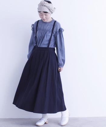 フレアのサスペンダーつきスカートは、レースをあしらったヴィンテージ調のブラウスと合わせることで、ナチュラルガーリーな雰囲気に。 ダスティ系ブルーのブラウスだからこそ、全体の統一感と季節感が出ますね。