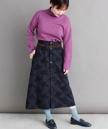 チェックなどのパターンが印象的な柄物スカートは、あえてカラフルなトップスや小物を合わせてポップに攻めるのも◎。 黒タイツではなく淡いダスティブルーの靴下を履くことで、足元にも目が行きスカートの柄を引き立てつつ、全体を軽やかな印象にしてくれます。