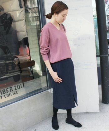 ピンク色の薄手Vネックにネイビーのタイトスカートを合わせれば、オフィスカジュアルにも対応のきれいめコーデが完成。 グレーのタイツを組み合わせることで、全体のトーンが落ち着いて大人っぽくなります。