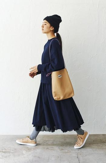 こちらも裾のチュールがふわふわ揺れるネイビースカート。ラフなスウェットやニット帽と合わせることで、全体のこなれ感がアップ。 スポーティーな小物の色をベージュで統一すれば、秋冬の様相を感じさせるコーデにまとまります。