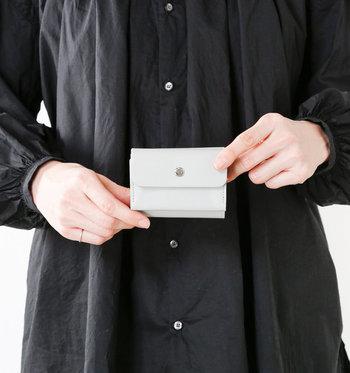 白色のもつイメージと言えば、純真無垢・清楚・上品。白色のお財布は、飽きがこないですし、大切に使いたくなるイメージです。実は、風水的にも白色のお財布はよいといわれているそう。今回は、真っ白で清々しい白いお財布をご紹介します。