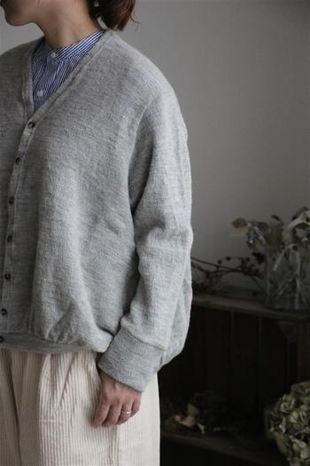 リネンがすこし混ざることで、ウールの質感が上品なテイストになりますね。裾にギャザーが入ったデザインがキュートです。