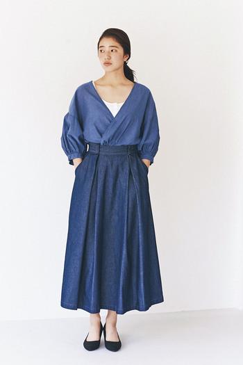 ナチュラル派さんなら必ず一枚は持っている、と言っても過言ではない定番アイテムが、ネイビーデニムのくるぶし丈フレアスカート。 カジュアルで動きやすいけれど女性らしさも欲しい、というわがままを叶えてくれる便利なスカートです。 カットソーやシャツを合わせるのはもちろん、画像のようにデニムトップスと合わせてセットアップ風にするのも素敵ですね。