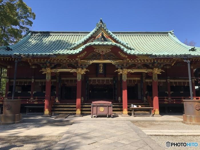 約7,000坪の広大な敷地を持つ根津神社は、東京都文京区根津にある神社で東京十社のひとつにもなっています。 つつじの名所として人気で、森鴎外や夏目漱石といった文豪たちがご近所に住んでいたことでも有名です。