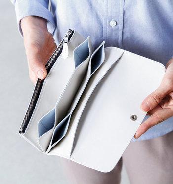 """真っ白なお財布は、気分を上げてくれるだけでなく風水的な面でも良いだなんて嬉しい収穫ですよね。始めは面倒な汚れのお手入れも、気づけば""""特別な時間""""になっているかも。それくらいお財布って身近で大切な存在ですよね。 ぜひ、今年は素敵な白いお財布デビューしてみませんか?"""