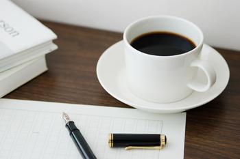 """「""""もの書き""""のためのオリジナルブレンド」をコンセプトに作られた「BLACK BITTER BLEND」は、創造力を刺激するようなビターなテイストが特徴です。また、コーヒーが冷めてしまっても酸味が立たず、深い味わいを楽しめるように考えて焙煎されています。"""