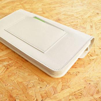 汚れやすいからと白いお財布を避ける方もいると思いますが、白いお財布は定期的にホームクリーニングをしてあげることで、白さをキープすることが可能です。ここでは、特に多い革製のお財布のお手入れ方法をご紹介します。