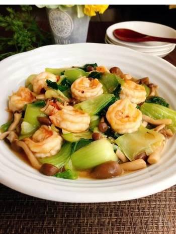 エビ、チンゲンサイ、しめじで作る中華炒めは、そのままおかずとしてご飯と一緒にいただいても美味しくいただけますが、仕上げにトロミをつけて、ご飯の上にのせて中華丼にしても美味しくいただけて◎。