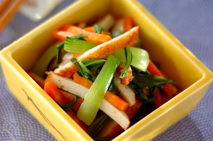 チンゲンサイ、にんじん、さつま揚げで作る和え物。チンゲンサイのグリーンとニンジンのオレンジの彩りもよく、全ての食材を同じ大きさにカットすることで見た目もより華やかになり、おつまみだけでなくお弁当にも使えそう。