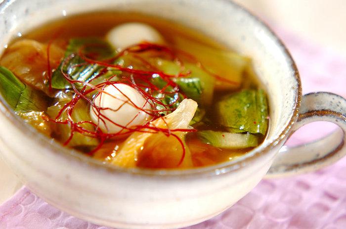 汁物にしても美味しいチンゲンサイ。こちらチンゲンサイと白菜のキムチ、うずらの卵で作る中華スープは、寒い日に身体があたたまりそう。チンゲンサイを煮過ぎないことに気をつければ簡単に食感の良い美味しいスープを作れます。