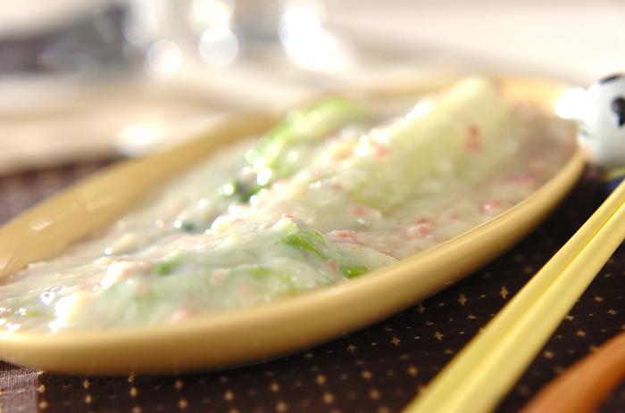チンゲンサイ、白菜、ベーコンで作る中華クリーム煮。野菜の食感をいかして美味しく作るポイントは、チンゲンサイと白菜をカットする際に、両方とも縦4つにカットすること。大きめにカットすることで野菜のシャキシャキとした食感をいかした美味しい仕上がりになります。