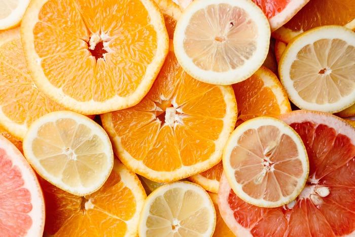 デトックスウォーターを作る際、フルーツや野菜は皮ごと使う事も多いので、残留農薬に注意! 無農薬のものが無い場合には、皮をむくか、使う前に流水で丁寧に洗いましょう。