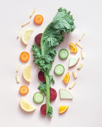 生のフルーツや野菜を使うのがデトックスウォーターの魅力でもあります。栄養面やカロリーのことなどを考え、缶詰やシロップ漬けのフルーツはNG。フレッシュな生のフルーツと野菜を使いましょう。
