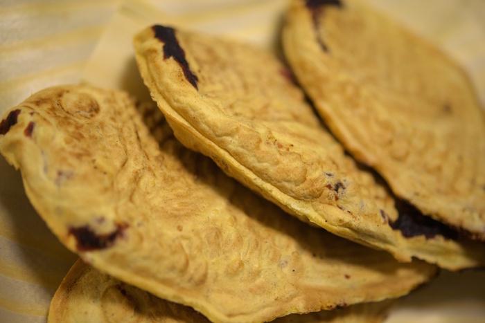 根津神社近くで有名なたいやき屋さん、その名も「根津のたいやき」。 サクっとしているのに中はもっちりな食感と、あんこの甘みがなんともいえません。