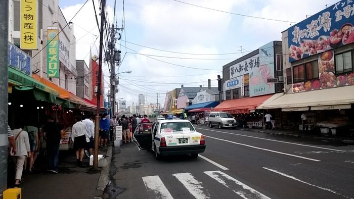 北海道で海鮮を楽しむなら外したくないのが、北海道最大の「札幌市中央卸売市場」に併設されている、一般客向けの市場。その名も「札幌市中央卸売市場場外市場」です。年中無休で、飲食店は、だいたい朝の7時からの営業時間が多いです。朝食にも、大活躍です◎  地下鉄東西線「二十四軒駅」5番出口、またはJR「桑園駅」西改札口から、いずれも徒歩10分程で到着します。