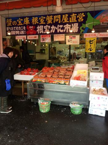 場外市場では、60店舗ものお店が立ち並び、隣の札幌市中央卸売市場から仕入れたばかりの、新鮮な海の幸を味わうことができます。  鮮度にこだわる札幌場外市場は、即日発送してくれるので、お土産や贈答品も安心して選ぶことができますよ。