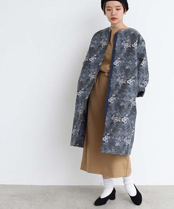 ジャガードコートは、パーティー気分を盛り上げてくれるおすすめの一着。オリエンタルな花柄ですが、控えめな色味なので普段のスタイルにも合わせやすい。