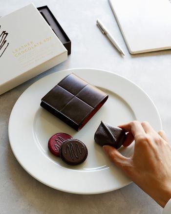 いちばんの注目アイテムは、今年の限定製作のこちら。革のチョコレートで包まれたステーショナリーセットです。本物のチョコの艶やかさやしっとり感を追求し、アイテムごとに異なるレザーを採用したこだわりの逸品です。