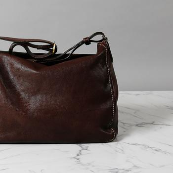 オイルヌメ革をたっぷりと使ったショルダーバッグ。使い始めからアンティークな風合いを持ち、手にしっとり吸い付くような柔らかさ。1~2泊の旅行なら十分対応できる収納力も自慢です。