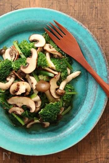 卵とチーズを味わうシンプルなカルボナーラのお供には緑が美しい「キノコと緑の野菜サラダ」が◎。彩りもよく栄養もバッチリです!