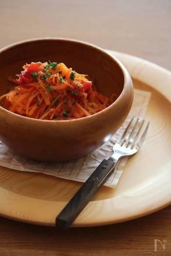濃厚なチーズフォンデュの箸休めにはリコピン豊富なプチトマトをグリルし人参と和えた「焼きトマトと人参のラペ」でさっぱり清涼感とビタミンCをプラスしましょう。彩りも綺麗でテーブルも華やかになりますよ。