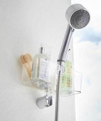 シャワーホルダーに差し込むタイプの収納ラックも、狭いユニットバスでは定番のアイテム。入浴に必要なものがコンパクトにまとまります。こちらのラックにも、小物を掛けられる取り外し自由なフックが付いていますよ。
