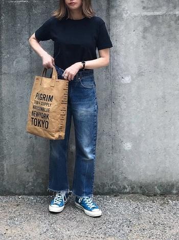 Tシャツ合わせのシンプルなコーデでも、古着のデニムとなら まるで外国のスナップのような雰囲気ある着こなしが作れます。着古した味わい深いデニムの色味は古着だからこそ。