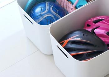 お子さんがいらっしゃるご家庭は自転車のヘルメットや外遊びのボールなどなど玄関周りのアイテムも増えがち。そんな時もあらかじめきちんと場所を決めておけば、お子さん自らが出し入れするのもより簡単になるので、散らかることもなくなるでしょう。