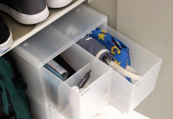 無印商品のポリプロピレンケース(引出式)もサイズが合えば玄関でも大活躍!靴のお手入れ用品や折りたたみ傘を入れておくのに便利です。