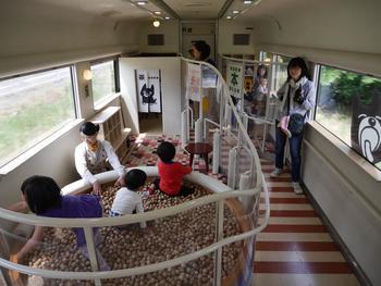 """「あそぼーい」は熊本弁で「遊ぼうよ」という意味。""""阿蘇""""とも掛けられています。木のプールや絵本のある図書室など、お子さんが夢中になれる施設がたくさん♪1時間半と長めの移動でも、列車内で楽しく過ごせます。"""