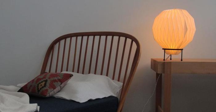 ベッドサイドにはぼんやりやさしく灯るランプを置くと、暖かみのある落ち着いた空間になります。