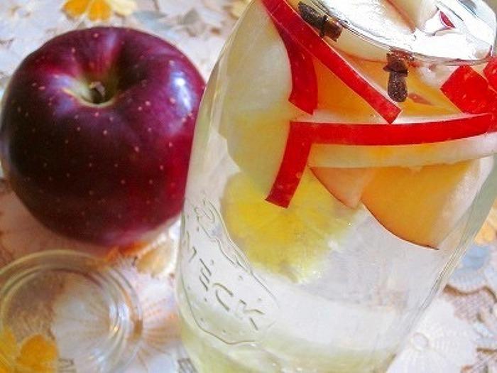 """リンゴを皮ごと薄くスライス。そこへ皮をむいたレモン、グローブをin。 リンゴの赤が可愛らしく、自然な甘味と香りに""""ほっこり""""癒されます。"""
