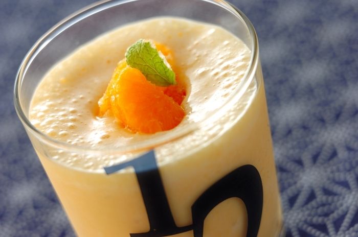 お食事の後にデザート感覚で楽しめる冷凍みかんとバナナのスムージー。お子さまもきっと喜んでくれるハズ。 淡いオレンジ色が優し気で、みかんの爽やかな香りに癒されます。