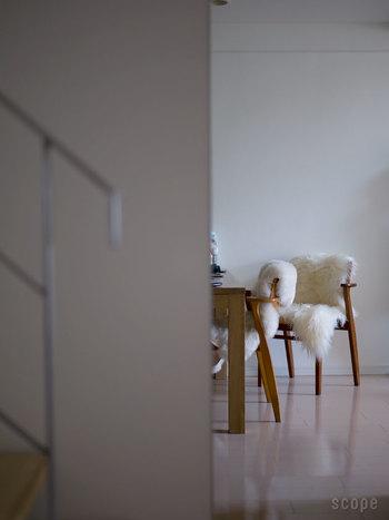 長く寒い時期が続く北欧では、家具、特に椅子やソファなどに「シープスキン」という羊の毛皮を着せかける風習があります。 見た目の暖かさを演出したり、座り心地を良くしてくれるアイテムです。