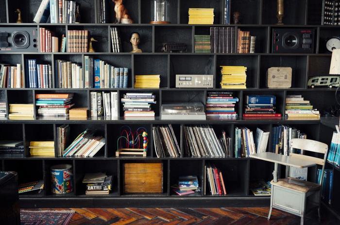 本好きさんのあこがれといえば、天井までの見上げるような壁一面の本棚ではないでしょうか。  空間を持て余さずに活用する事ができ、本だけではなく小物の収納にも役立つのが、壁一面の本棚のメリットです。また、地震などの際に本は落ちても、棚ごと倒れてくる心配もありません。