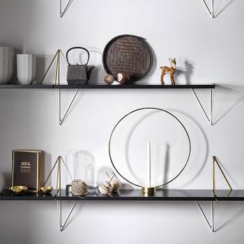 スウェーデンの家具ブランド「maze(メイズ)」の壁掛けラックです。棚板とブラケットが別売りになっていて、4通りの付け方を楽しめるデザイン。棚板もブラケットも様々な色が用意されているので、ご自宅の雰囲気に合わせて色を選べます。直角三角形のブラケットは、スマートでかっこよく、モダンスタイルにぜひおすすめです。