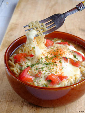 トロトロのモッツァレラとトマトの酸味がマッチ♪ グリルorトースターで焼き目をつけるのがポイントです。