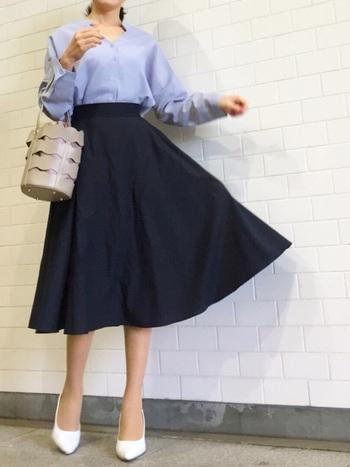 ユニクロの膝下丈サーキュラースカートは、オフィススタイルにも使えるアイテム。ブルーのシャツを合わせれば、ジャケットを羽織ってもサマになる上品コーディネートが完成します。
