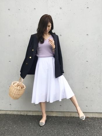 爽やかな白が印象的な、ユニクロのサーキュラースカート。くすみピンクのトップスとテーラードジャケットを合わせて、大人ガーリーなコーディネートに仕上げました。
