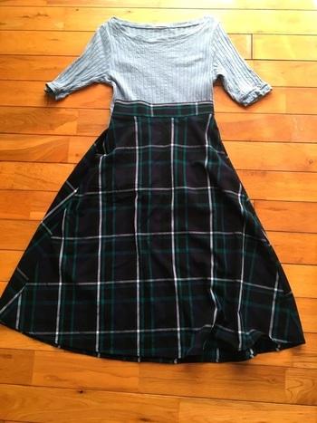 GUのサーキュラースカートは、タータンチェック柄がおしゃれな一枚です。グレーのリブトップスをタックインして、シンプルなのに今っぽいトレンドコーデに。