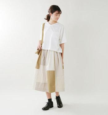 パッチワークデザインを施したサーキュラースカートは、着るだけでインパクトのあるコーディネートに。シンプルな白トップスを合わせているだけなのに、おしゃれ度の高いコーディネートが楽しめます。デニムジャケットなどをプラスして、カジュアルダウンしても◎