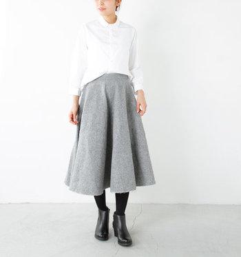 ハリスツイードの生地を採用した、しっかりとした厚みのあるグレーのサーキュラースカート。シンプルな白シャツをゆったりとタックインして、ジャケットなどを合わせてもOKのかっちりコーデに。