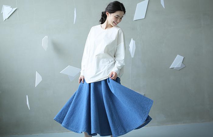 サーキュラースカートとは、裾を広げるとほぼ円形になるフレアスカートのことを指します。円形のという意味を持つ「サーキュラー」から名付けられたもので、たっぷりと布を使って作られているのが特徴です。ウエストはキュッと締まっているシルエットが多く、女性らしいメリハリを履くだけでアピールできます。