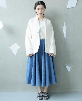 白トップス×ブルーのサーキュラースカートで、爽やかなカラ―リングが印象的なコーディネート。真っ白なアウターをプラスして、女性らしくキレイめカジュアルなコーディネートに仕上げました。