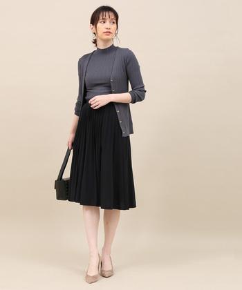 膝丈のサーキュラープリーツスカートは、オンオフどちらのスタイリングにも使えるアイテムです。ニットやカーディガンを合わせたオフィススタイルなら、上品なコーディネートに。