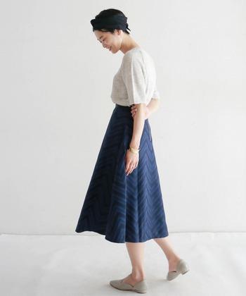 ジャガード素材で作られた、キレイめな印象になり過ぎない青のサーキュラースカート。アイボリー調のトップスを合わせて、爽やかなカラ―リングで着こなしています。秋冬の寒い時期は、カーディガンなどを合わせてもキュートですね。
