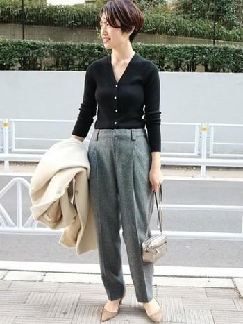 黒のVネックカーディガンは、一枚で着ると肌との対比でデコルテラインをよりシャープに見せることができます。着膨れしやすいコートの下は、薄手のカーディガンをトップス風にボトムスインすれば、オフィスにもおすすめのキレイめコーデに。