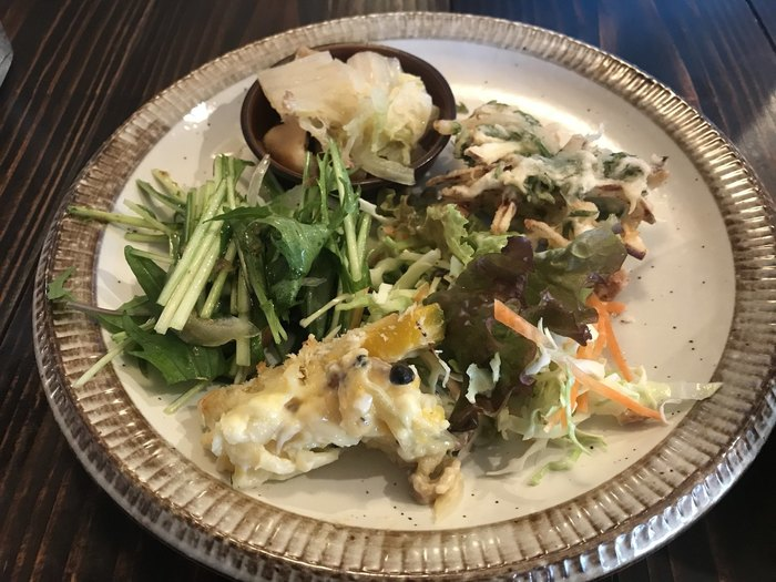 ミニバイキングで地場野菜のおばんざいやサラダ、カレーがリーズナブルに頂けます。ごはんは白米と雑穀米から選べるのも嬉しいポイント。