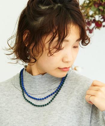 色違いの刺繍玉が、2連になったネックレスです。同じような長さの2連ネックレスを使えば、色違いのネックレスを重ね付けしているような雰囲気のあるコーディネートが楽しめます。